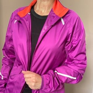 Nike running rain and wind poof jacket in Xs